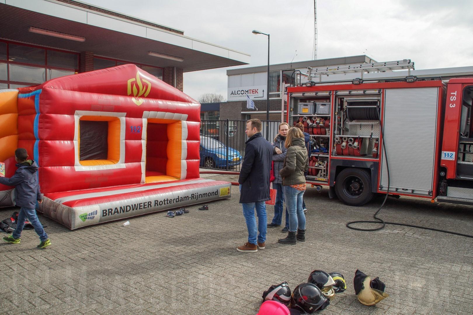 Kleurplaten Politie 112.Kinderen Leveren Kleurplaten In Bij Brandweer In Maassluis